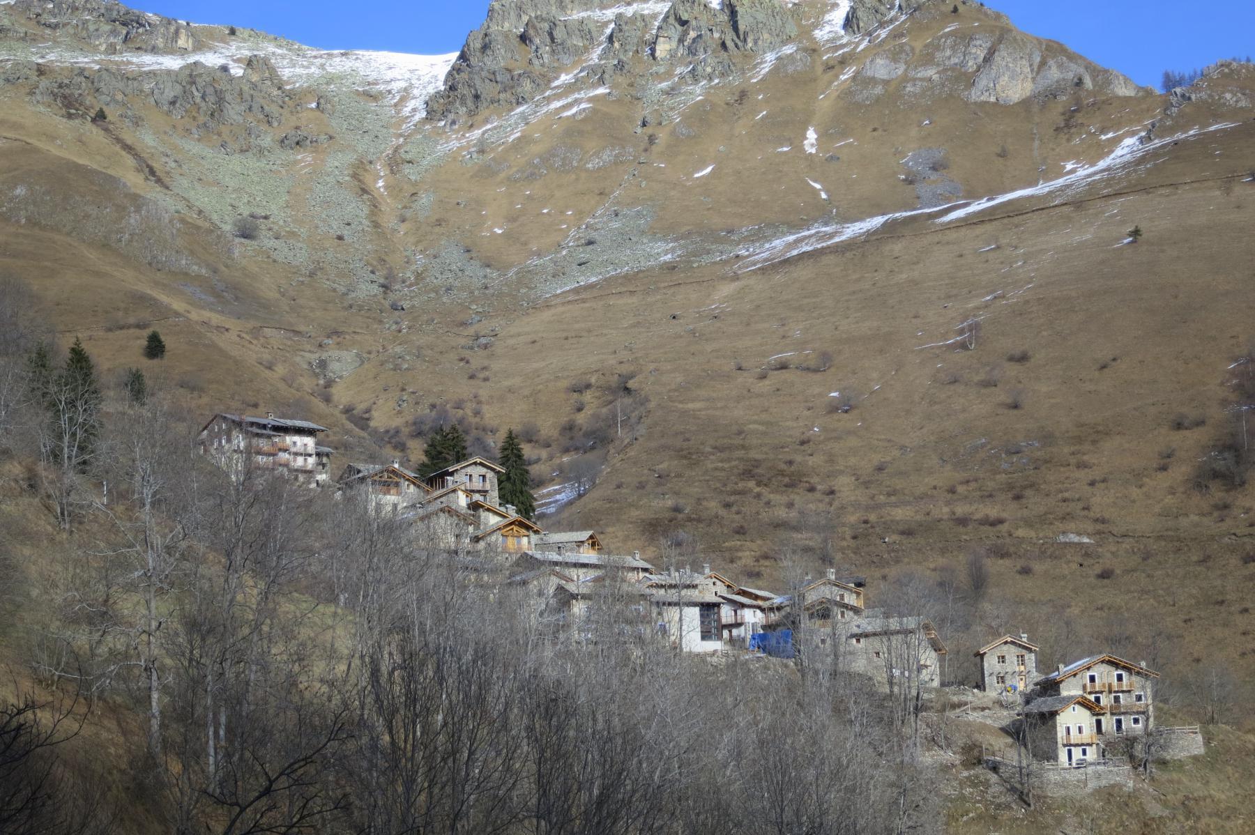 la borgata di Valliera al centro della conca