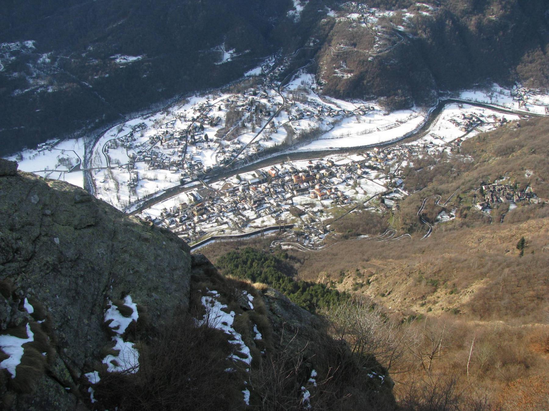 Dalla cresta, vista su Locana