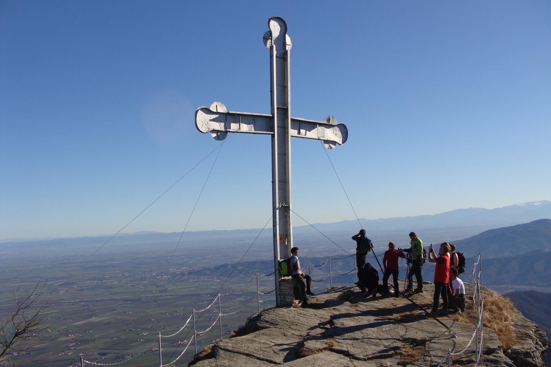 la croce di Envie e sguardo sulla pianura