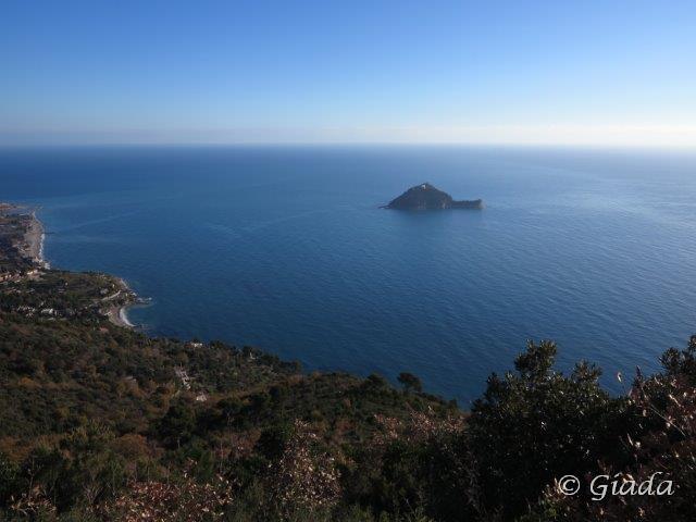 La costa verso Albenga e l'isola Gallinara