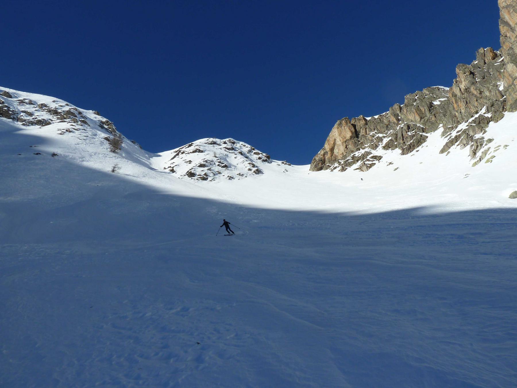 Sciando sui bei corridoi di neve ventata portante nelle zone in ombra