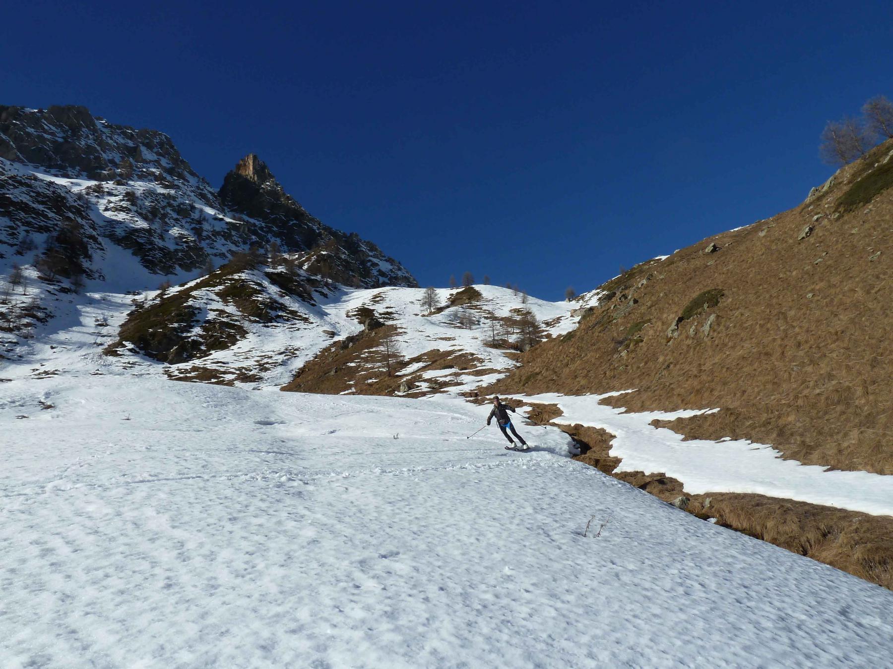 Alle spalle il tratto con neve al limite