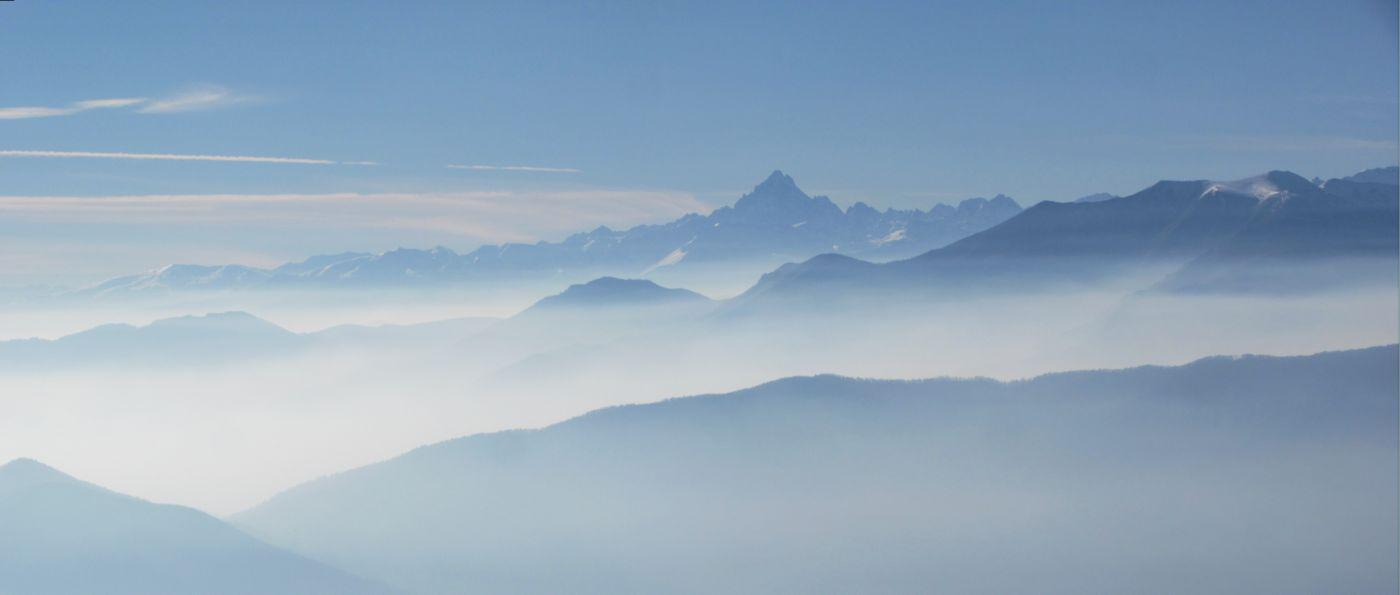 panorama sul Monviso fra le nebbie