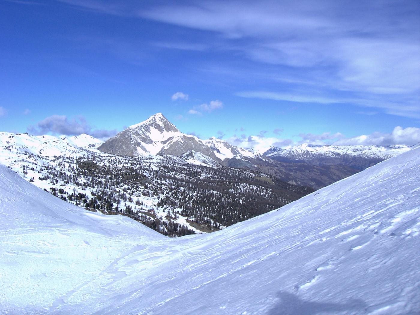 Il colletto sulla cresta Ovest: a destra si sale alla cima, diritti si scende al lago Nero; sullo sfondo lo Chaberton (foto A. Valfrè).