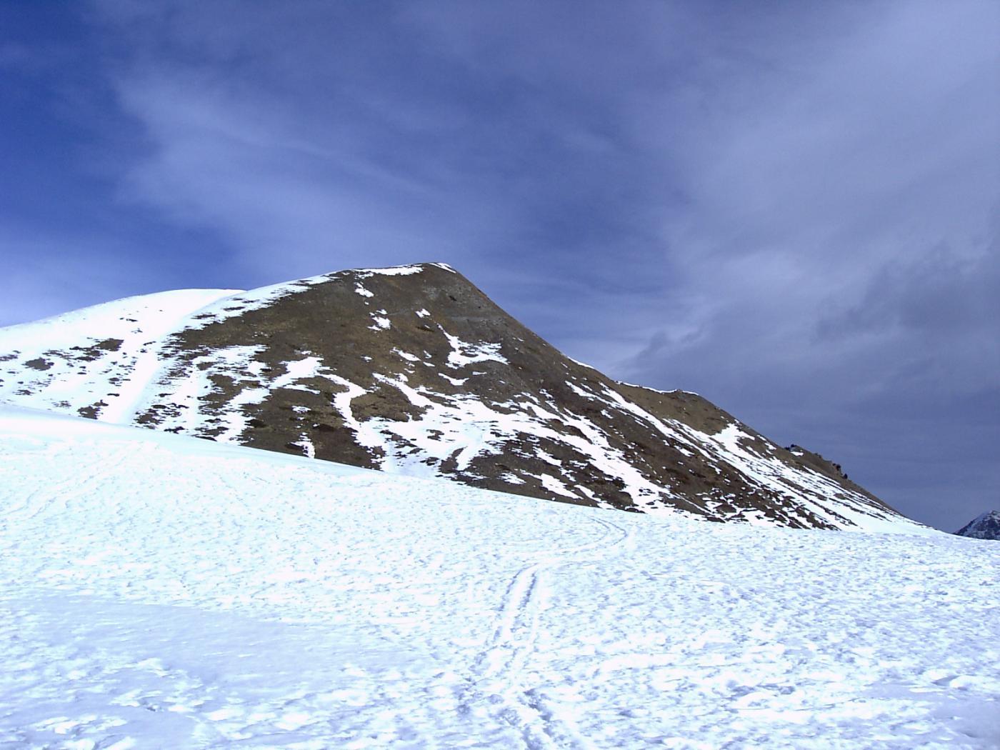 La cima dai pressi del colle Chabaud (il punto più comodo per raggiungere la cresta Ovest si trova fuori foto, a sinistra) (foto A. Valfrè).