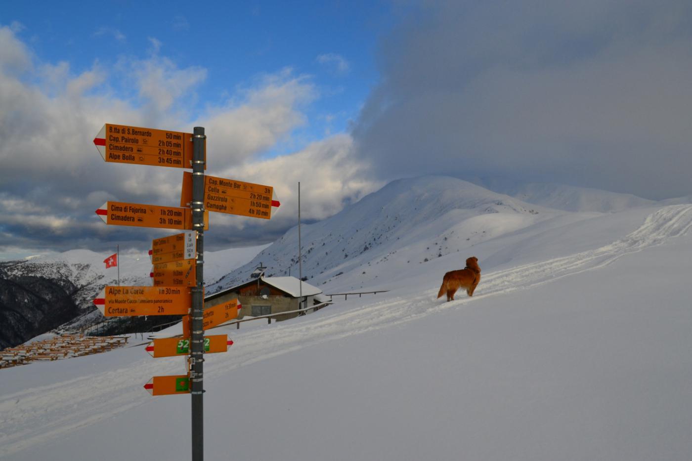 segnaletica svizzera e nubi sul Monte Garzirola