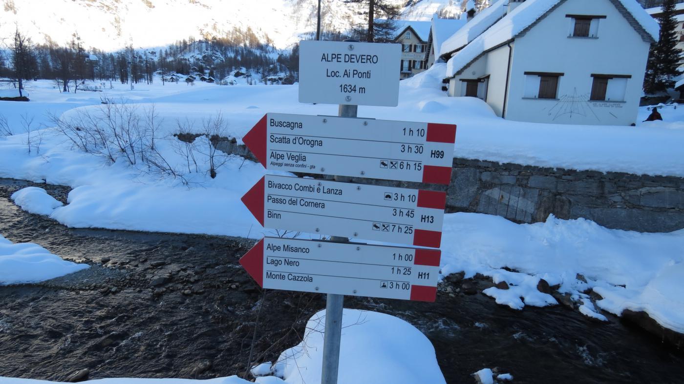 cartelli indicatori all'Alpe Devero, con le indicazioni per salire al Monte Cazzola