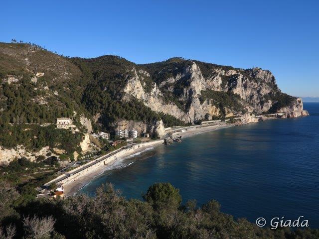 Vista da Punta Crena verso la Baia dei Saraceni e le alte scogliere di Capo Noli