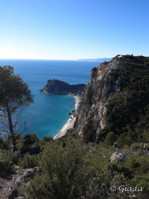Le scogliere e Punta Crena