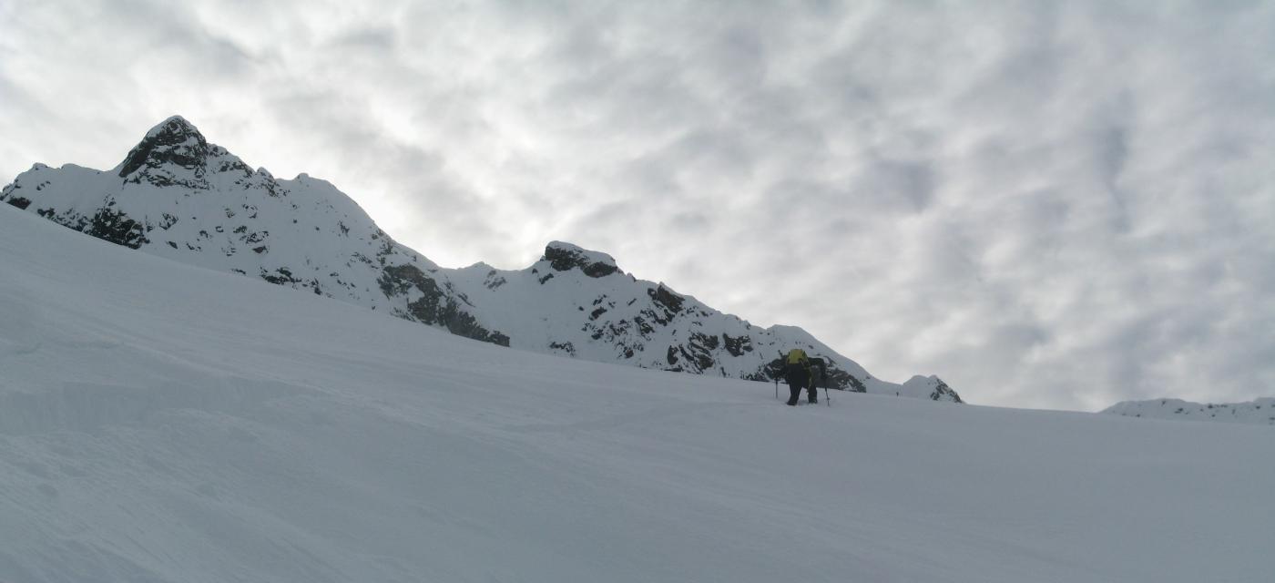 arrancando nella neve alta mentre il tempo si guasta