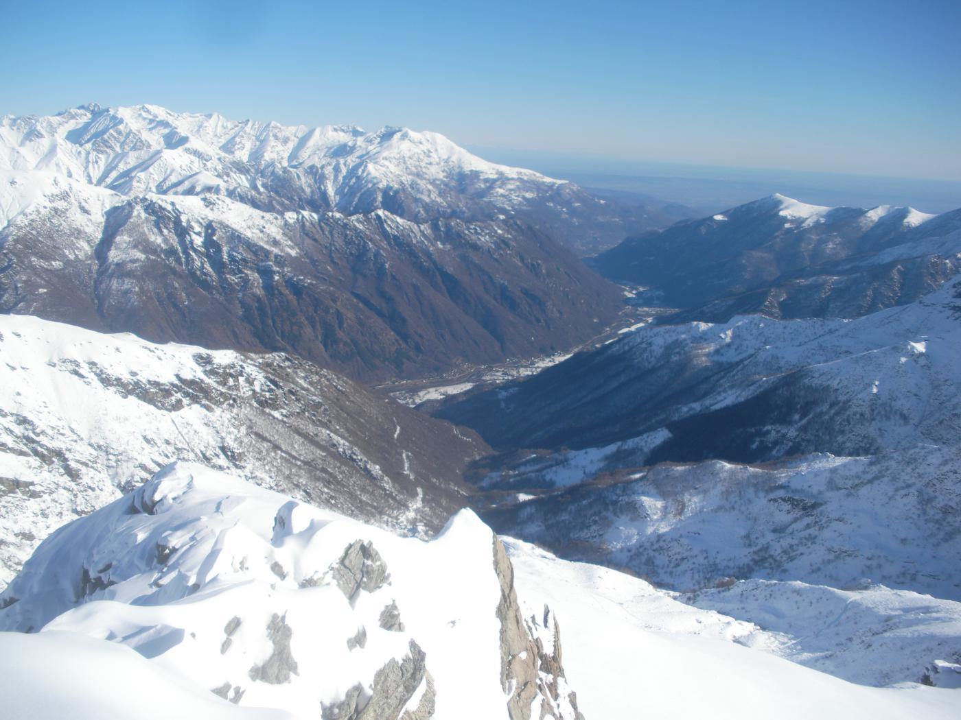 uno sguardo a valle dalla cresta alla Maunero..