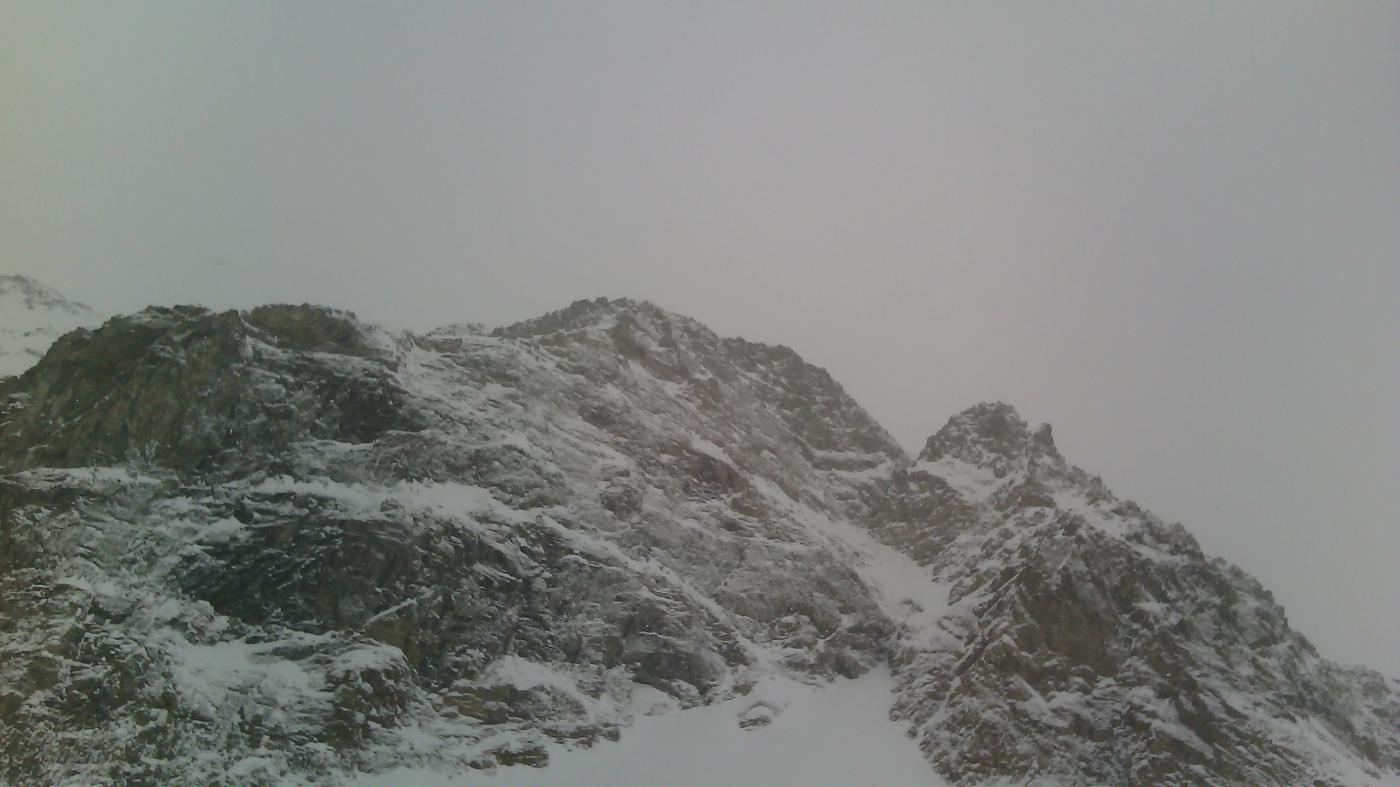 Montagne nel cielo grigio.