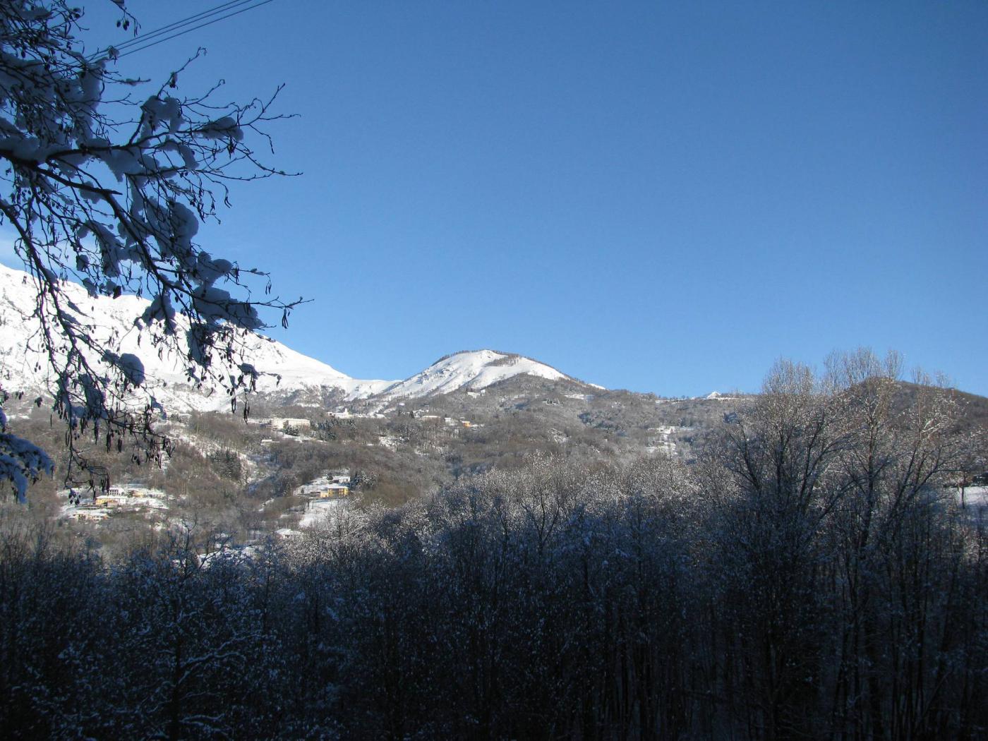 Il Monte Calvo visto dai pressi di Villa Castelnuovo