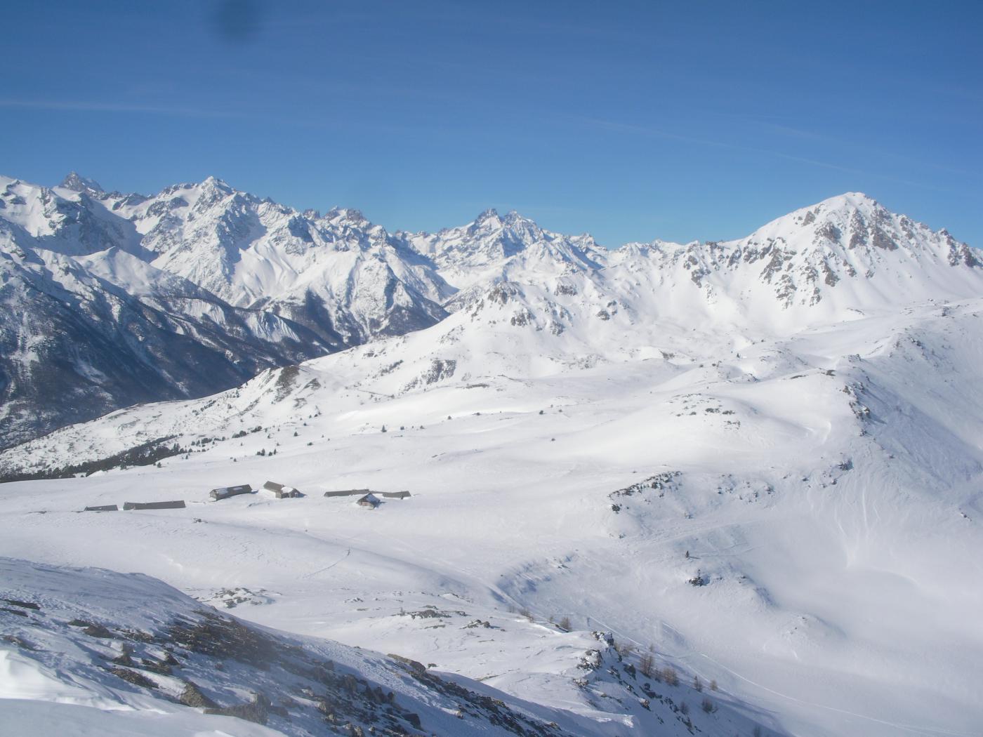 Dal Grand Meyret a dx la Grand Area' in basso il Col Granon e al fondo gli Ecrins..