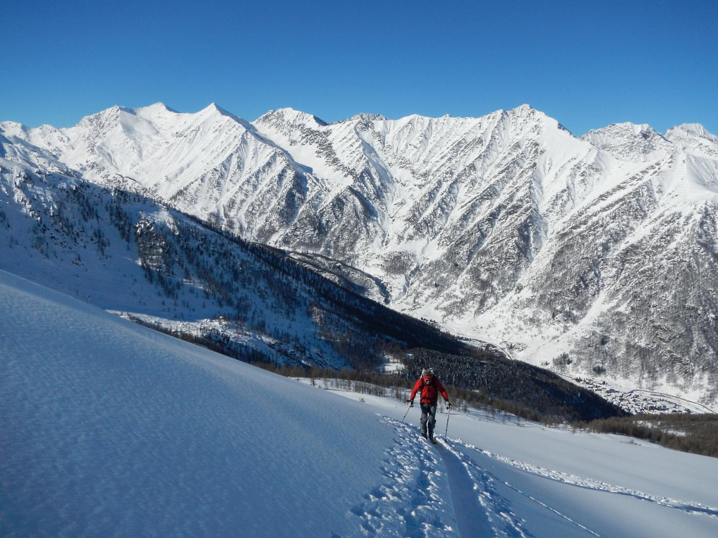sullo sfondo verso sinistra il bel Vallone della Longia per la salita alla cima Frappier