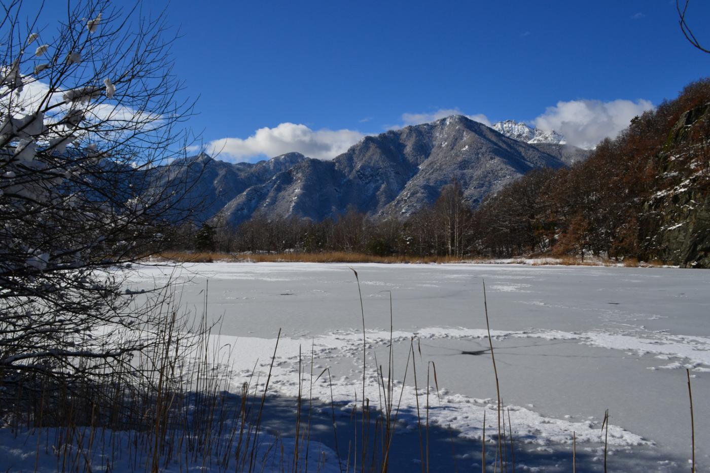 scorcio sul Lago di Villa dal sentiero che lo costeggia