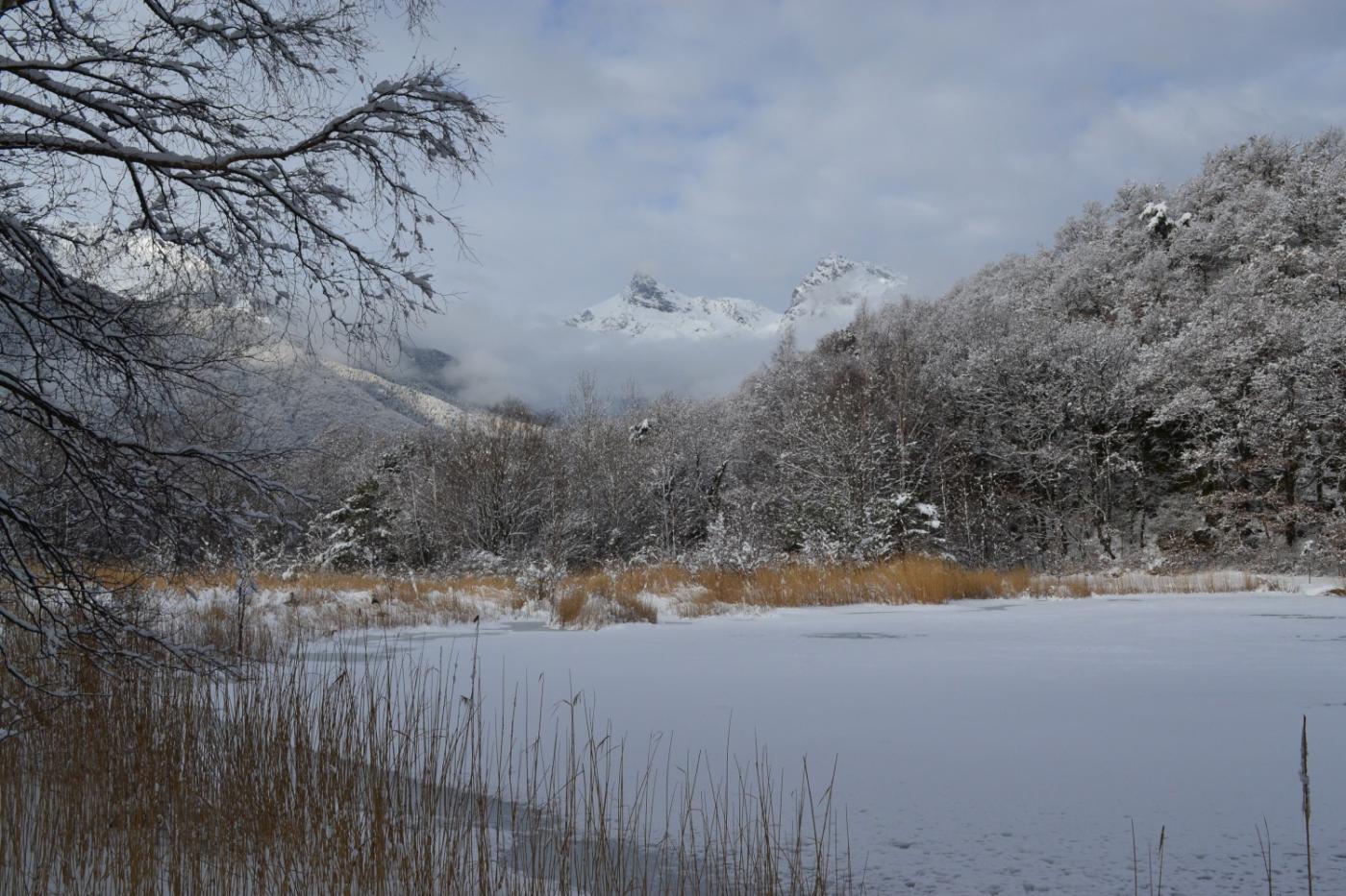 Lago di Villa con l'Avic sullo sfondo