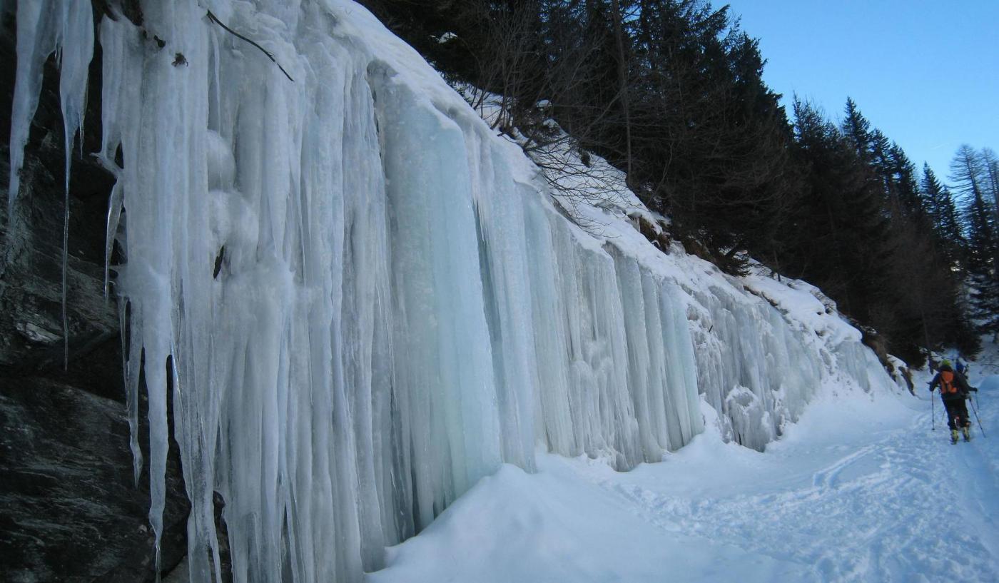 ghiaccio abbondante a bordo strada