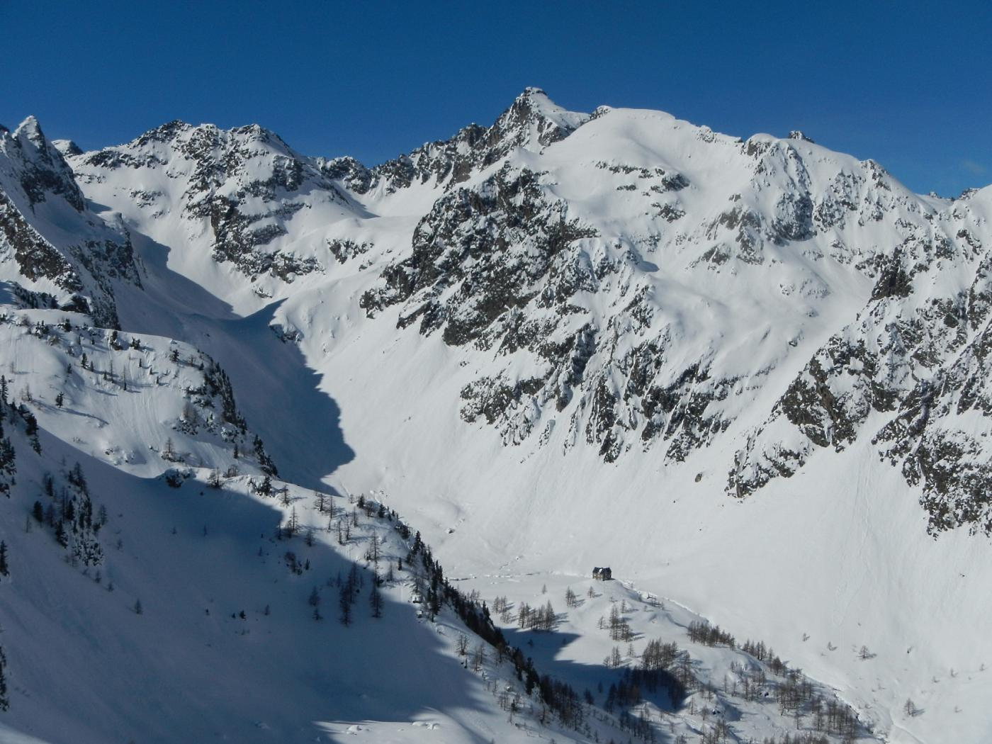 dalla dorsale gran vista sul Rifugio Migliorero e l'alto Vallone dell'Ischiator