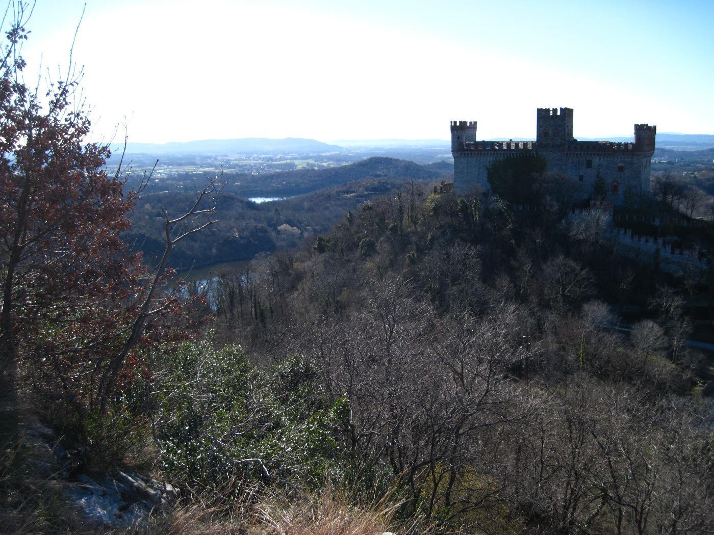 Il castello di Montalto e i laghi