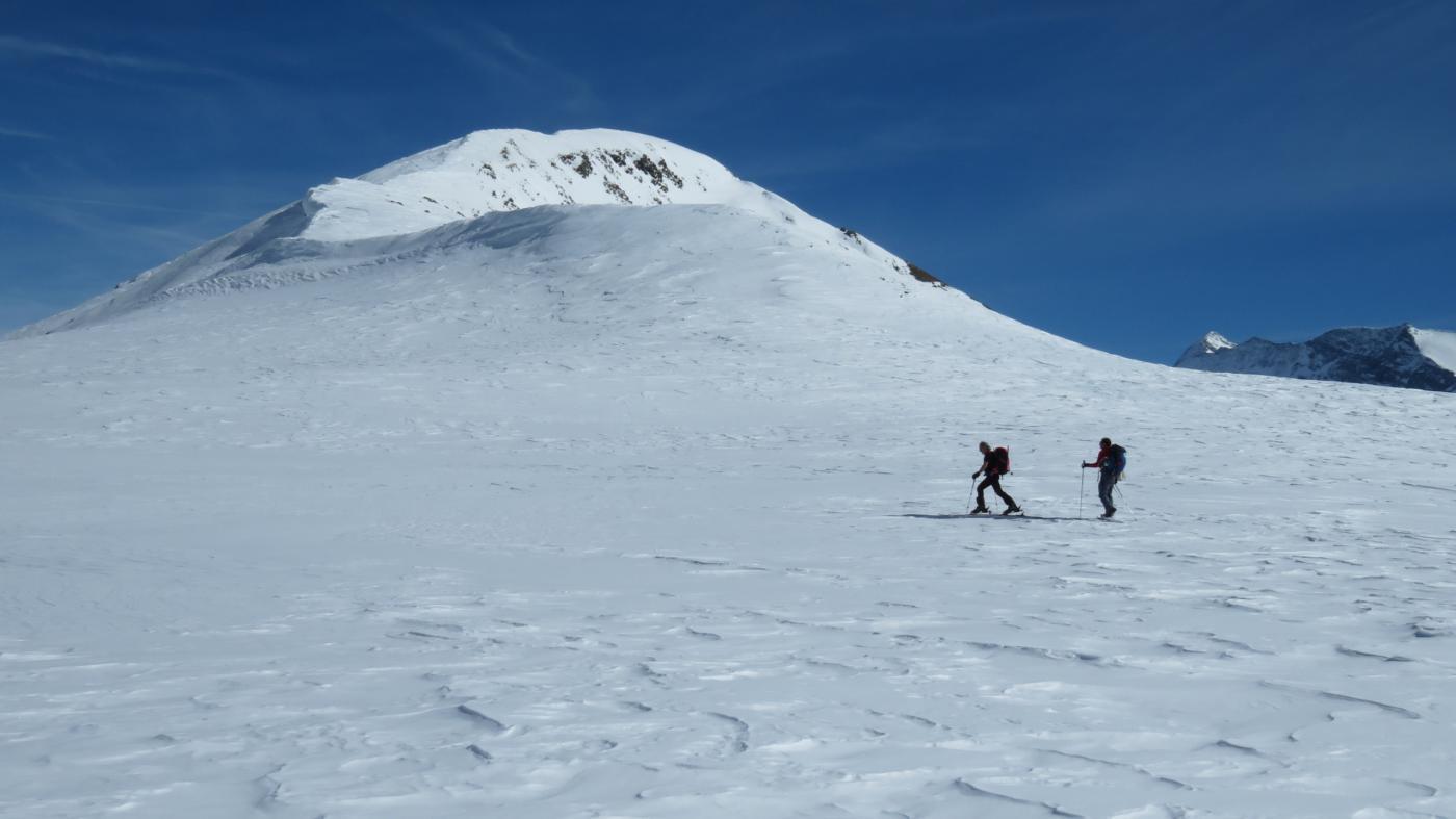 nel grande pianoro innevato a quota 2500 m passando vicino al Tochuhorn