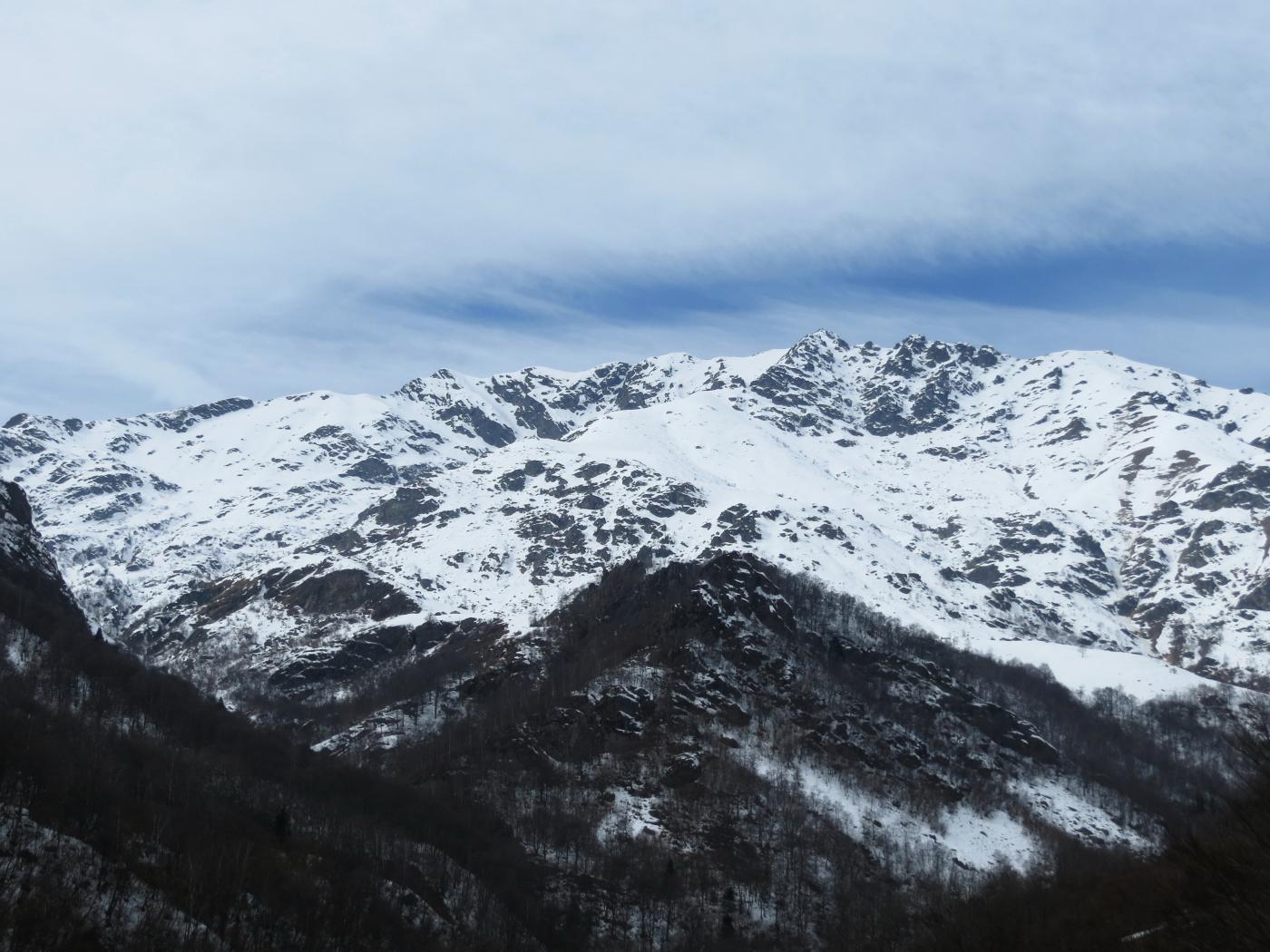 Panoramica sulla gita, al centro ben visibile la dorsale che conduce al Bechit, in alto a sx il canale sud-est descritto nella gita al Monte Roux