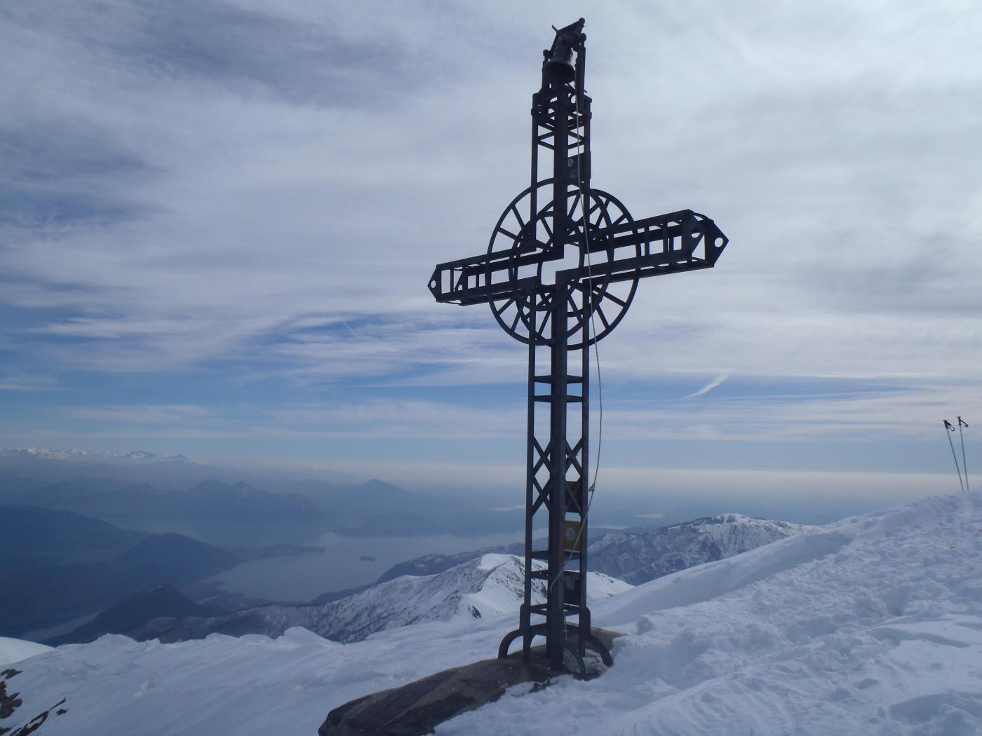 La croce di vetta con la campana da suonare