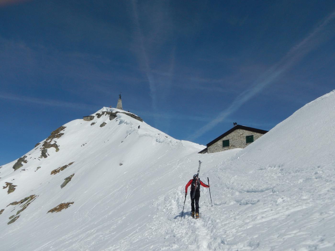 il rifugio Mombarone e la cima