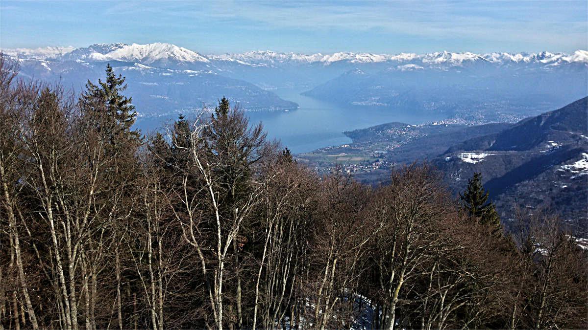 Dalla cima verso nord: lago Maggiore e monti della Svizzera