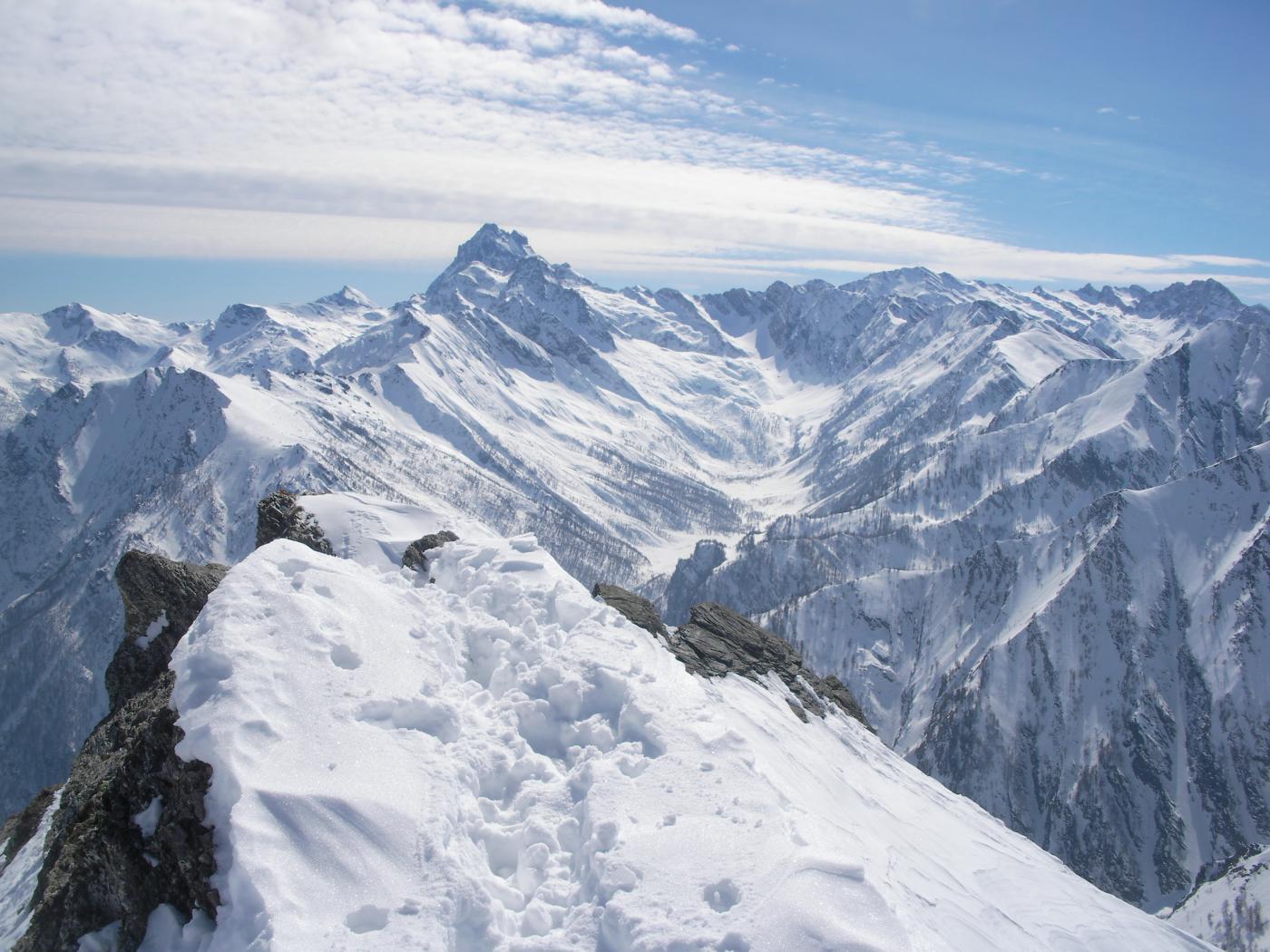 l'alta Val Pellice e il Monviso dalla vetta..