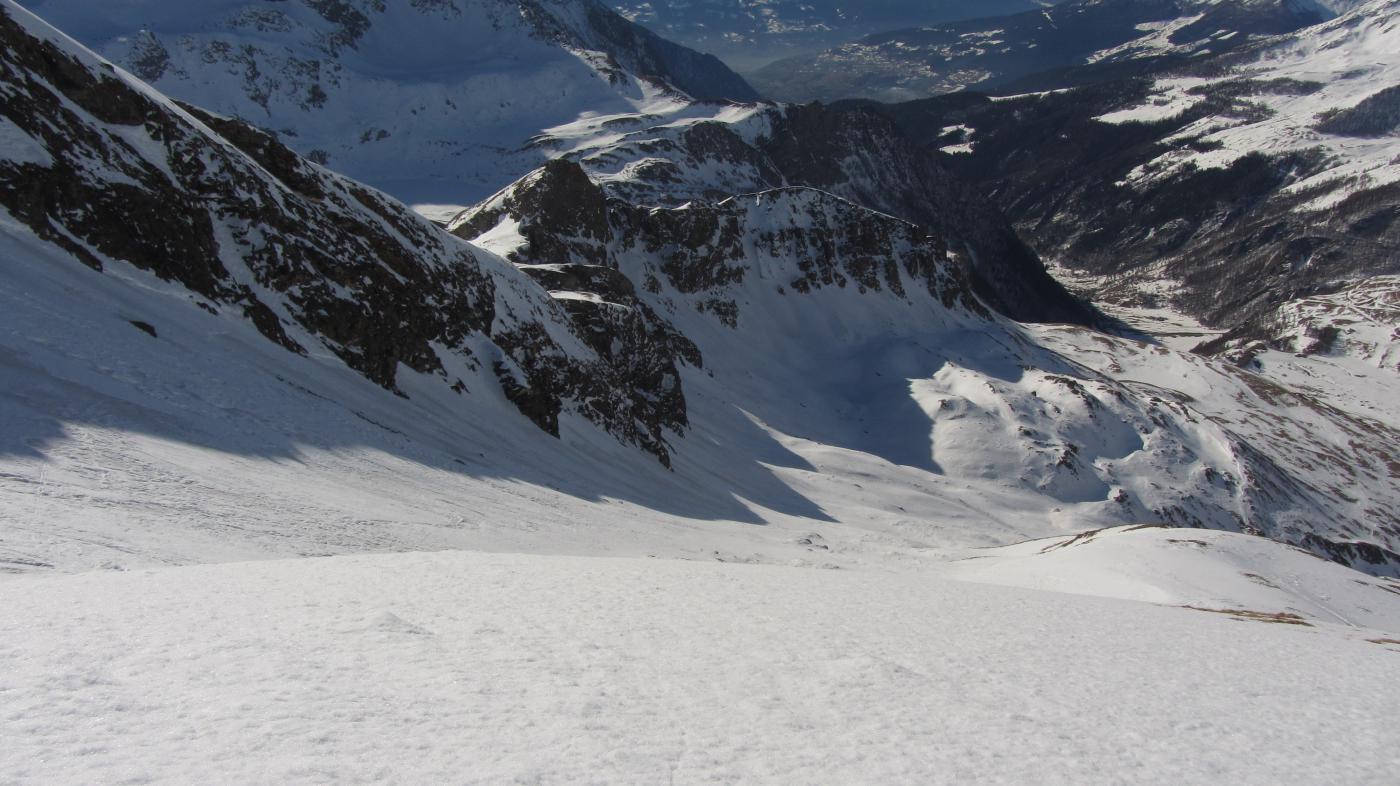 Itinerario di salita in cui si notano il fondo irregolare e i tratti scoperti sotto gli alpeggi di By