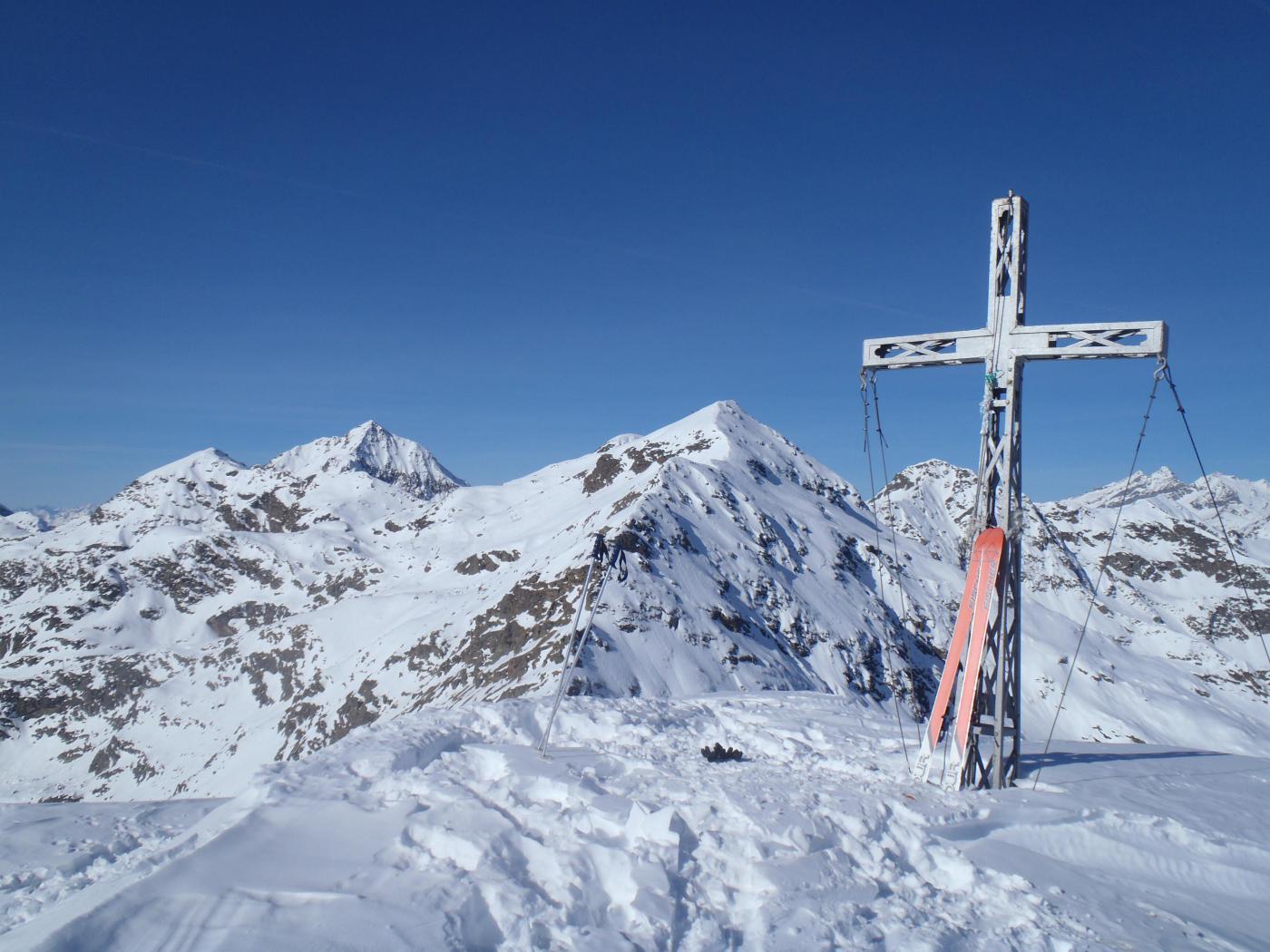 Il panorama oltre la croce di vetta