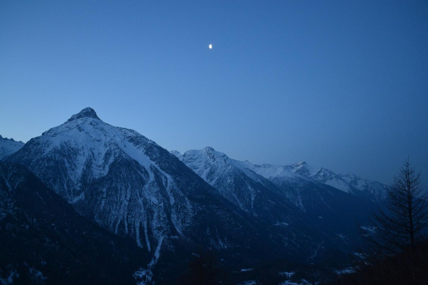 in salita verso Berrier con la luna ancora alta