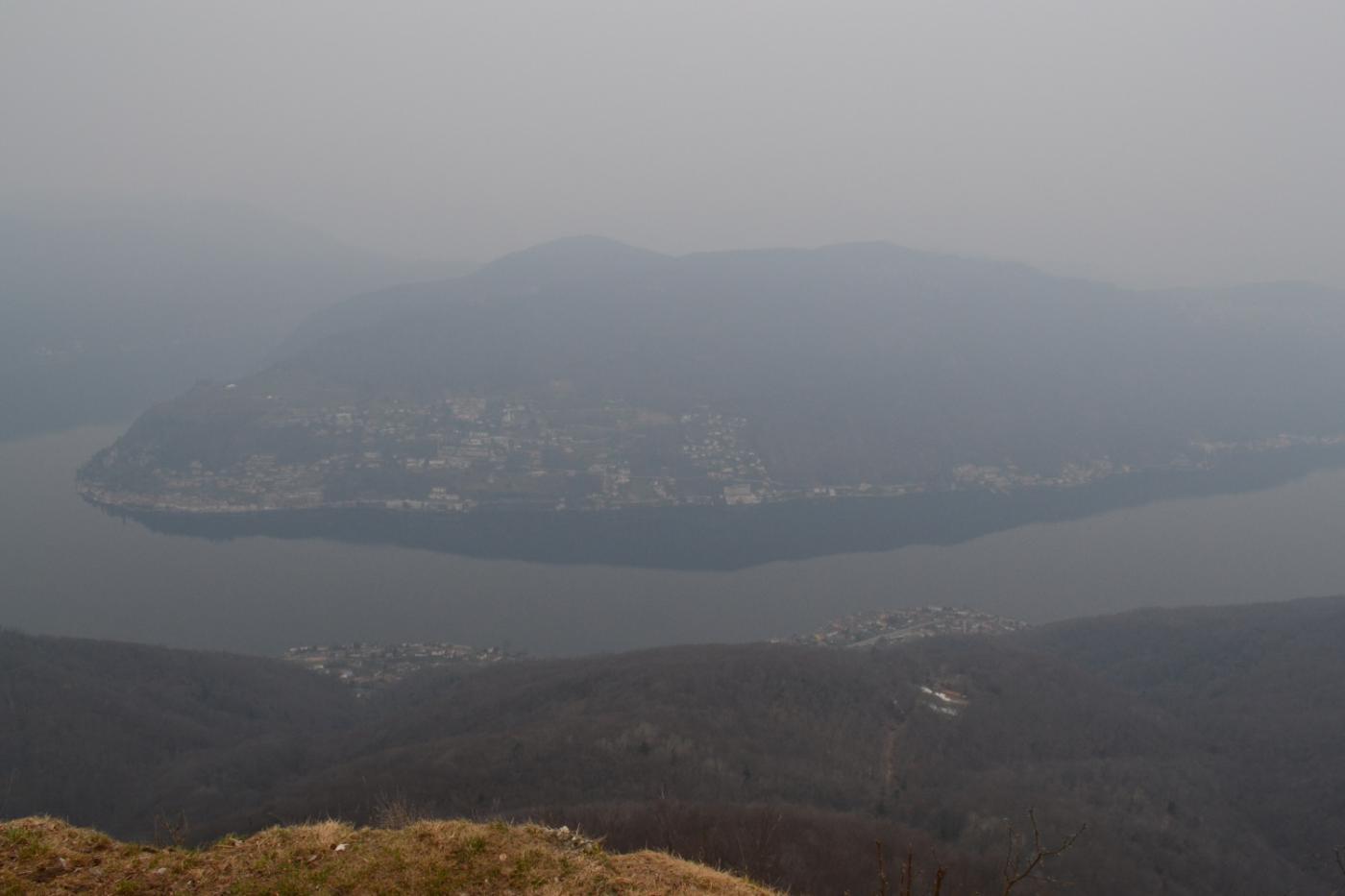 vista sul Lago di Lugano nella foschia