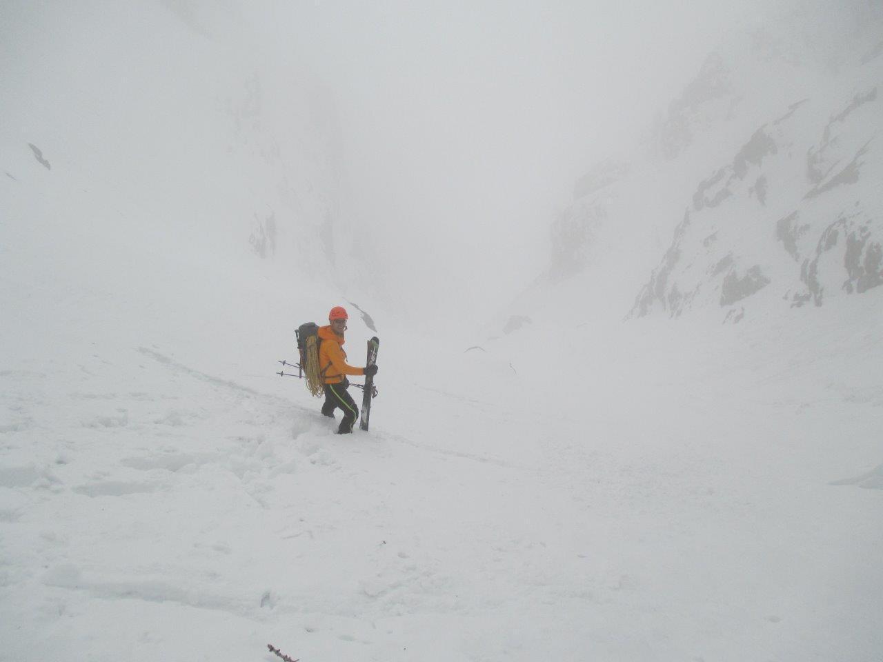 Paolo si prepara a scendere il canalone di accesso in neve molle