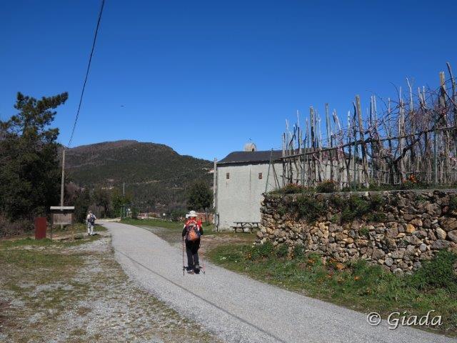 Alla Colla di Magnone, chiesetta e di fronte imbocco del sentiero di discesa