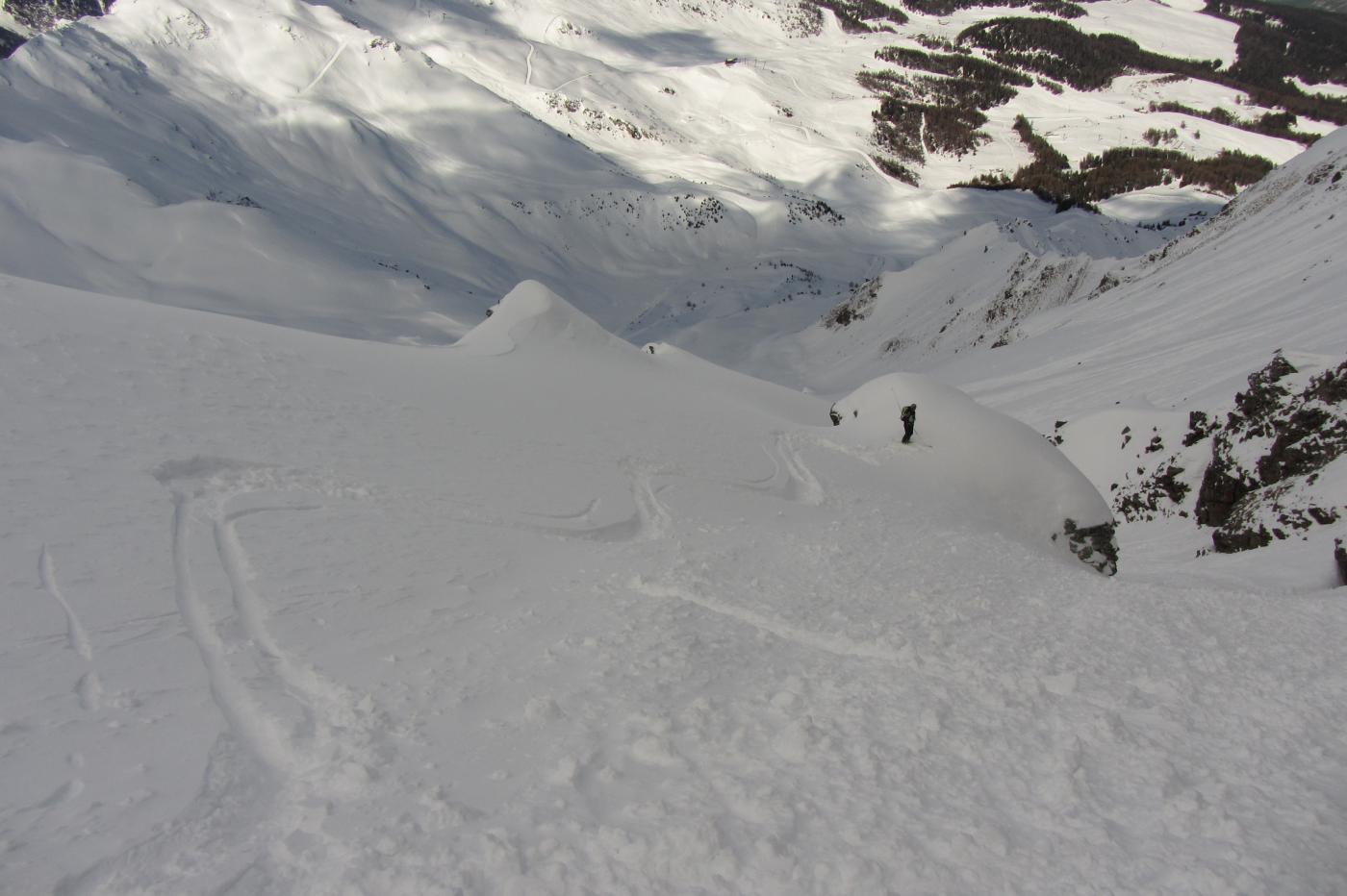 Bella sciata tenendo la sinistra