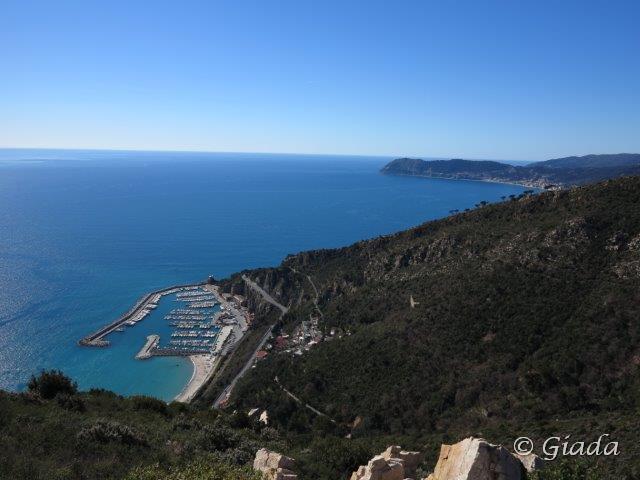 Vista sul porticciolo di Alassio e Capo Mele in fondo alla baia