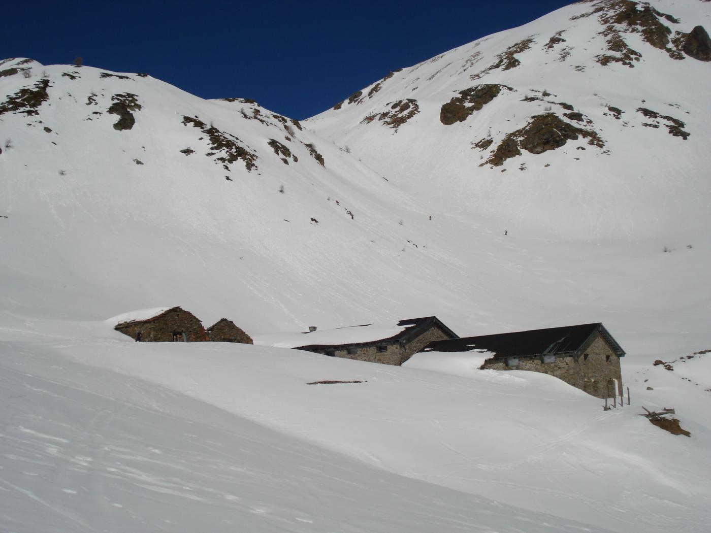 Le baite Tsa de Flassin da dove l'itinerario diretto per la Testa di Cordella svolta da quello per il Flassin