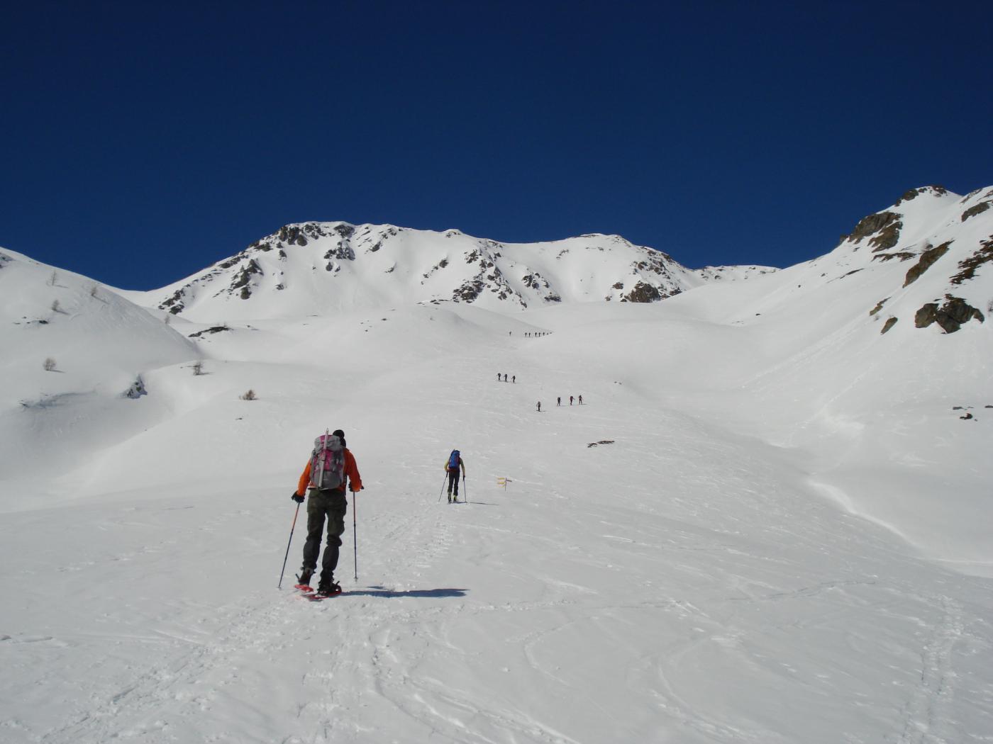 Parecchi scialpinisti verso il Flassin