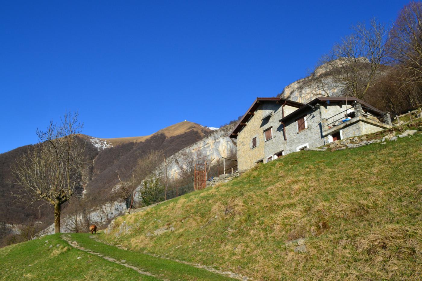 in prossimità di alcune baite si scorge il ripetitore sotto la cima del Tremezzo