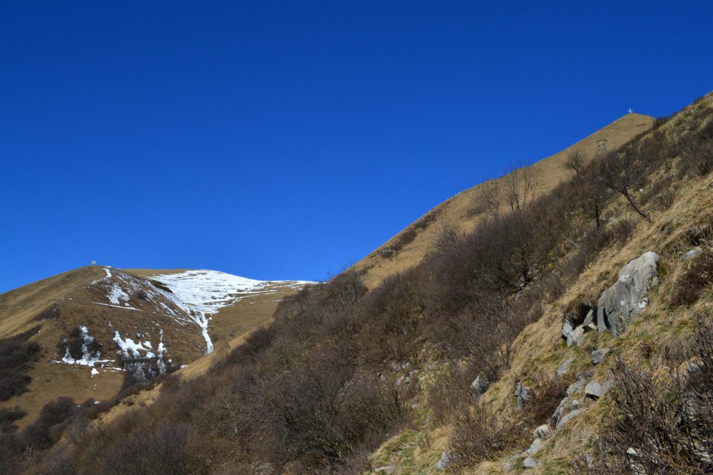 il Monte di Tremezzo a sinistra, il Crocione a destra
