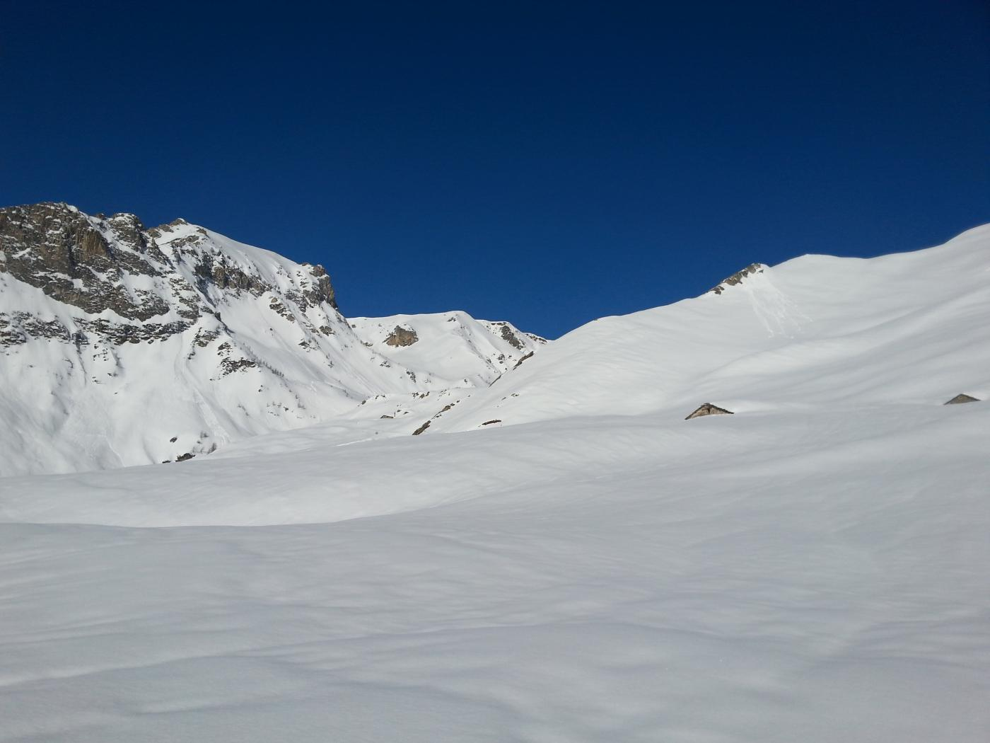 Grange quasi sommerse dalla neve