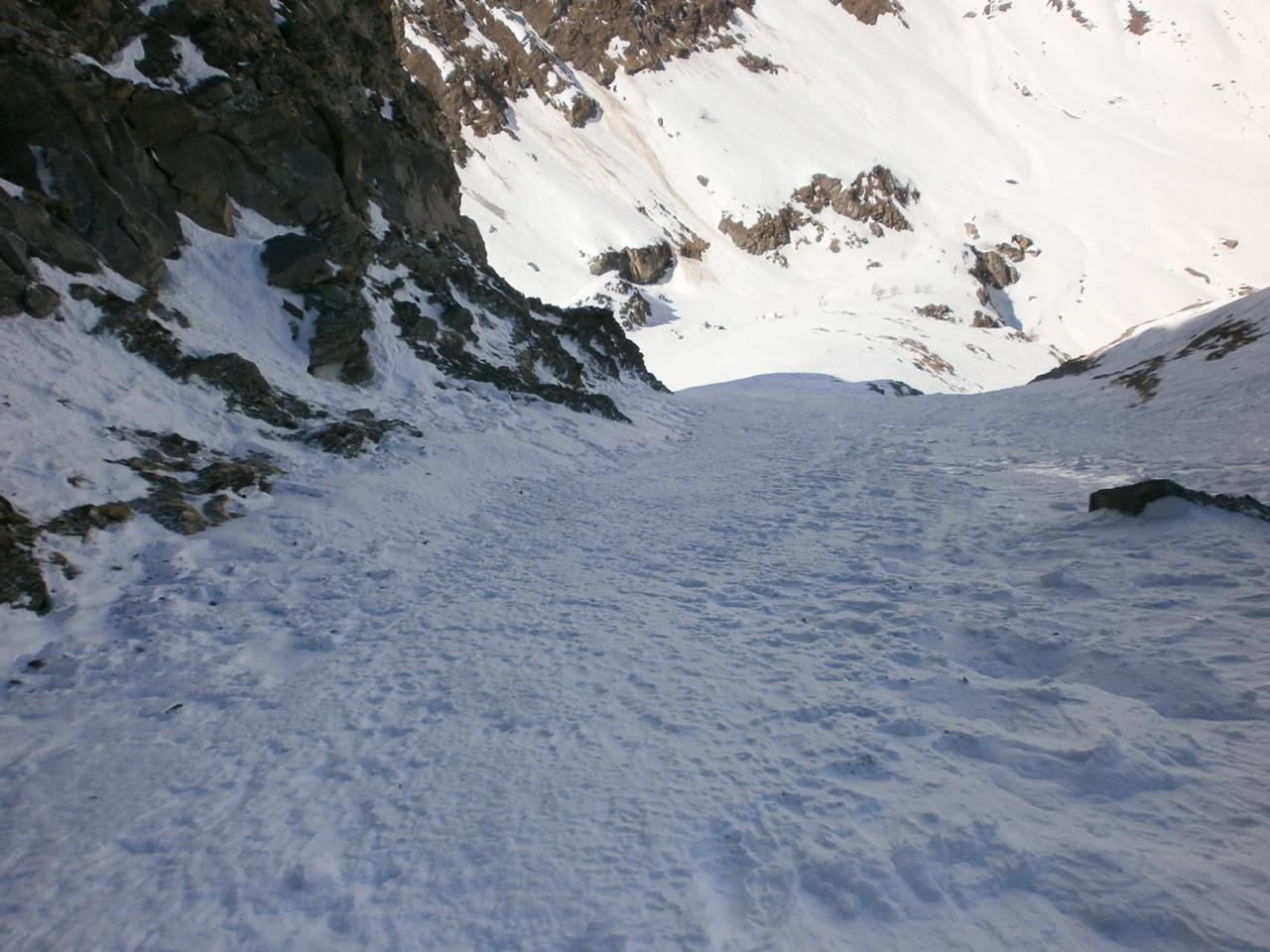 tratto nel canale basso con neve gelata e pietrisco