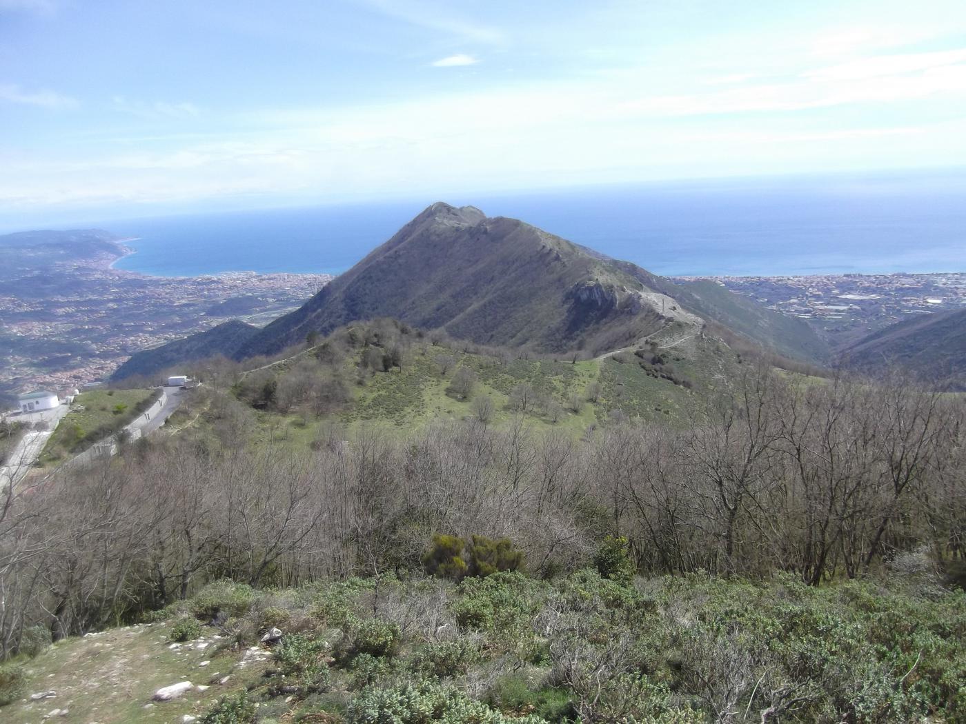 la cresta di discesa con il Monte Acuto