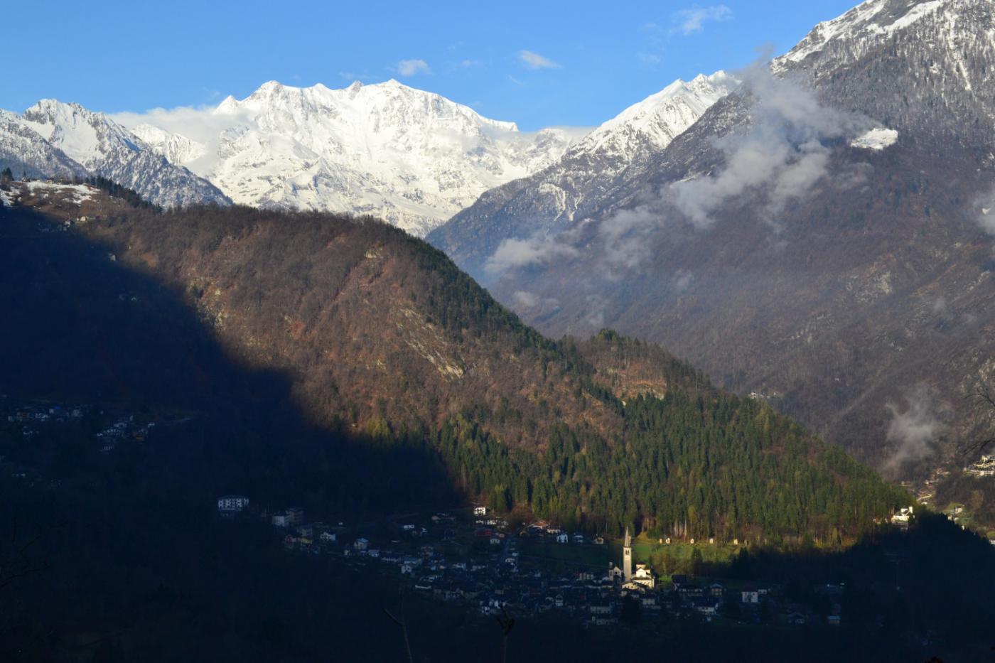 il Monte Rosa e la chiesa di Bannio illuminata dal sole