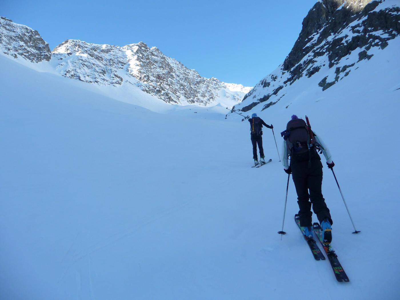 Si calzano gli sci nel vallone