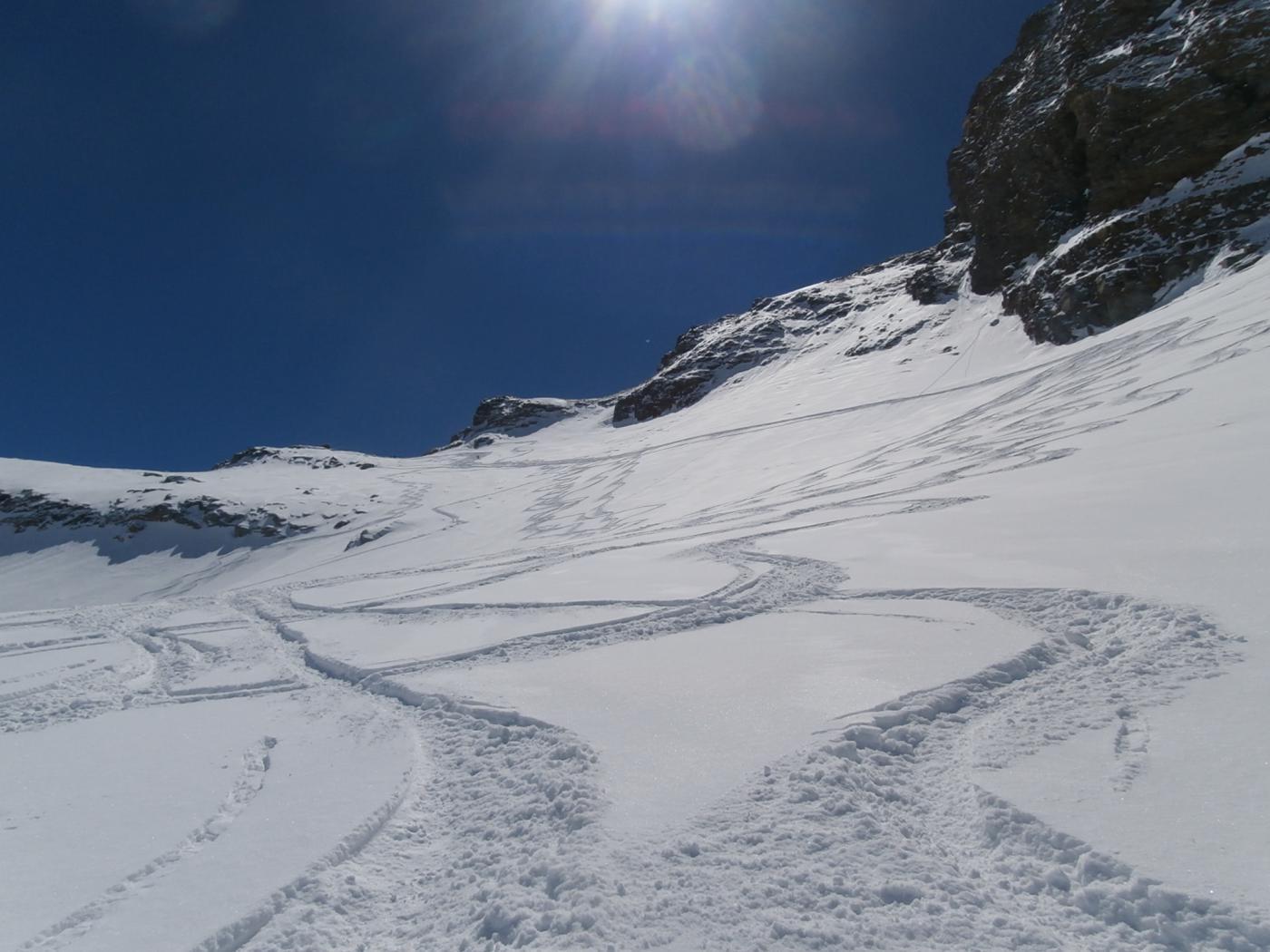 belle curve in discesa  in neve polverosa...