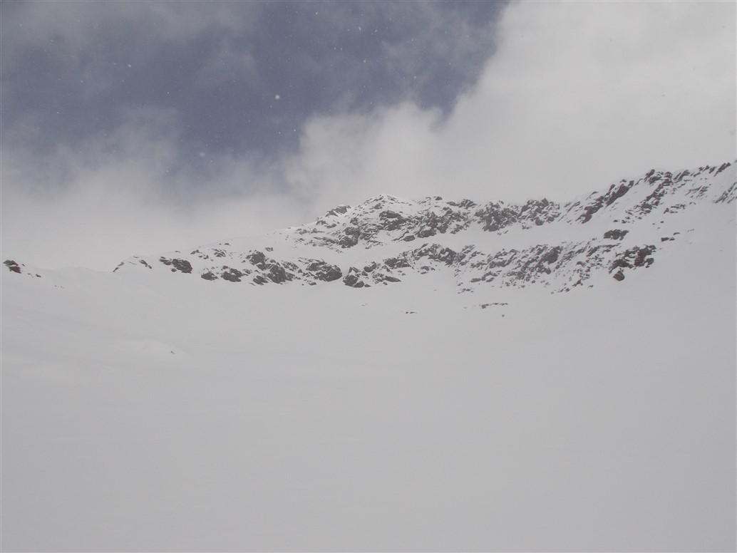 Corno Mud (al centro si intravede il colatoio che permette di collegarsi ai nevai finali)