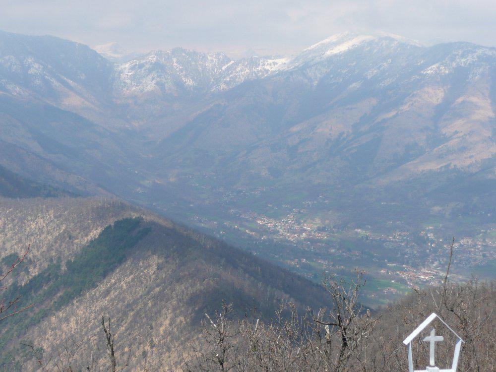 Verso Nord, la Val Casternone con rilievi ben innevati